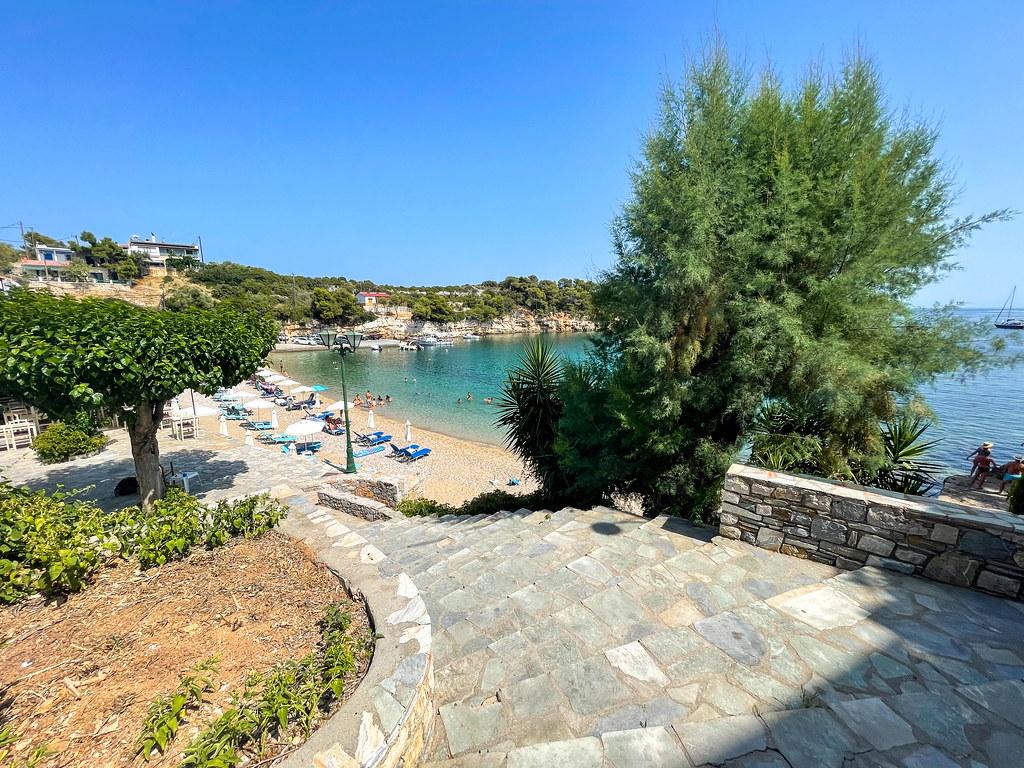 Die Treppe, die zum Strand Paralia Rousoum Gialos in der kleinen Hafenstadt Patitiri auf Alonnisos führt