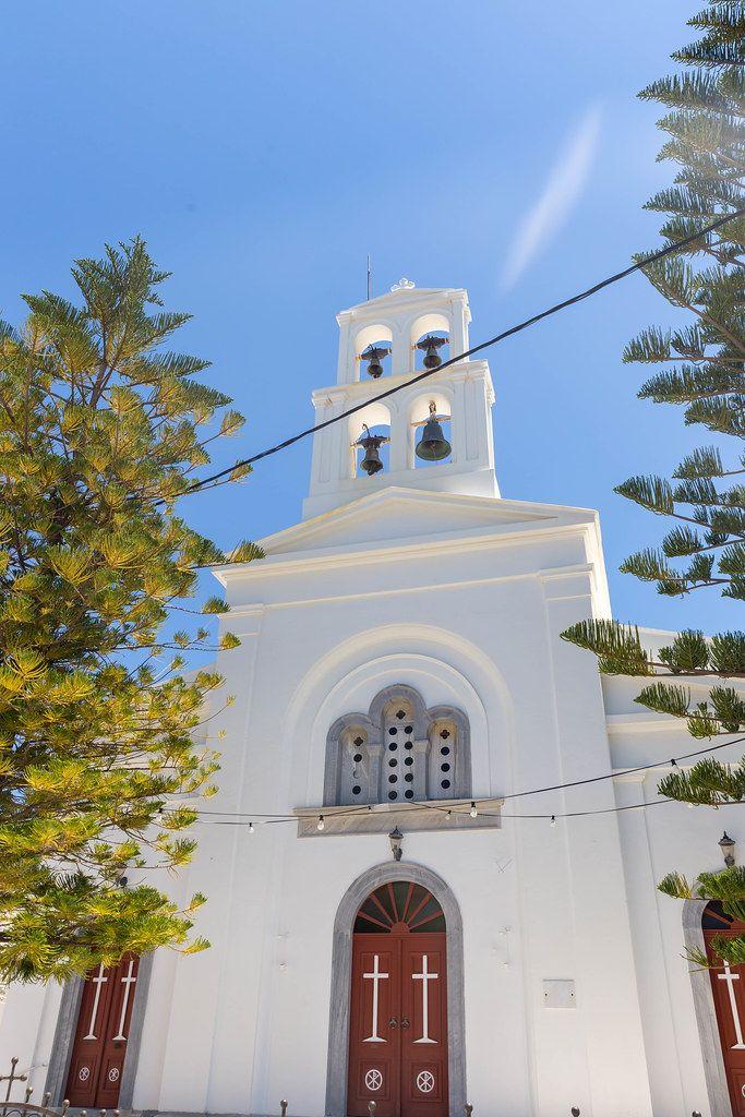 Die weiße Kirche Panagia Protothronos mit vier Glocken im Dorf Halki im Inneren der Insel Naxos