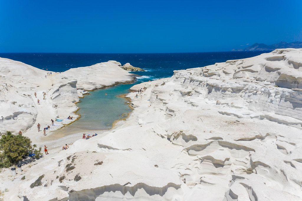 Die weißen Klippen und das türkisblaue Meer auf Milos mit wenigen Touristen im Juli 2020