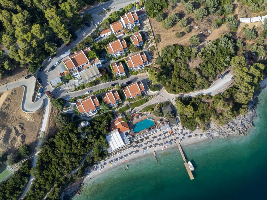 Draufsicht auf Luxus-Hotel in der Bucht von Panormos mit Villen und Swimmingpool: Adrina Resort & Spa