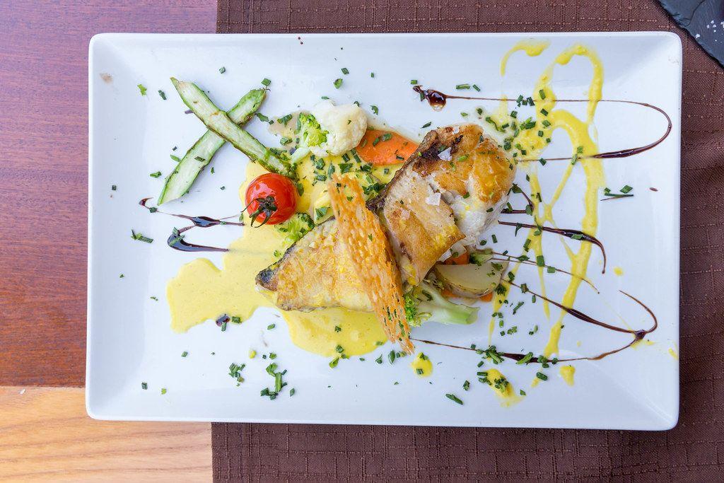 Draufsicht: gegrillter Filet von wildem Umberfisch mit Salzflocken beim Q11 Restaurant, Pollença, Mallorca