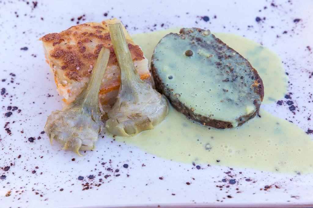 Draufsicht: Steak au poivre mit Gratin dauphinois beim Restaurant Villa Vegana, Selva, Mallorca