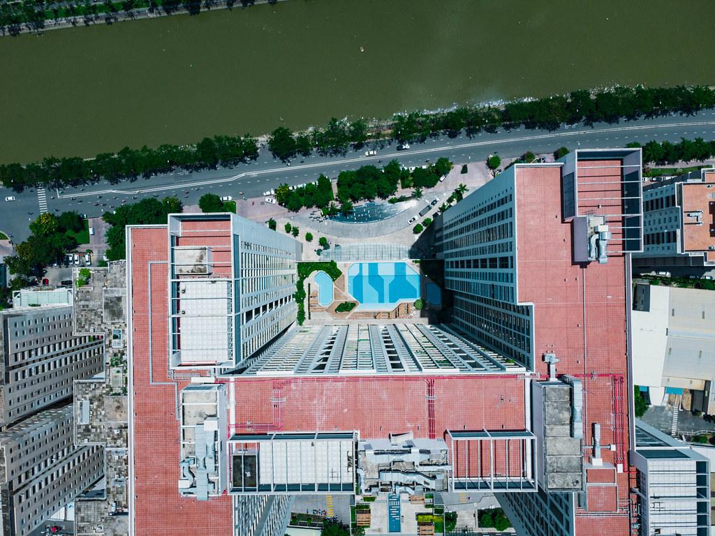Draufsicht von Gold View Apartment Gebäude mit Außenbereich mit Pool für Einwohner am Saigon Fluss in Distrikt 4 in Ho Chi Minh Stadt, Vietnam