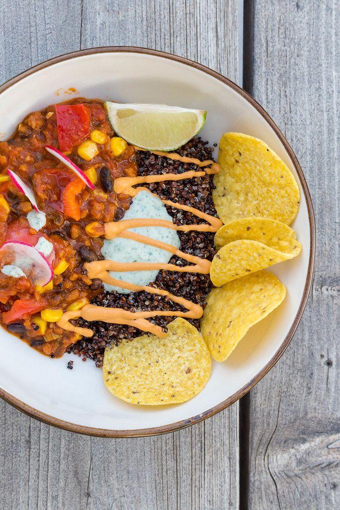 Draufsicht von Tex-Mex-Eintopf: veganes Gericht aus Mexiko beim Restaurant Villa Vegana auf Mallorca