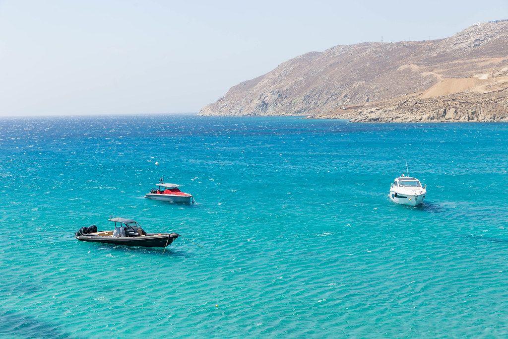 Drei kleinen Motorboote vor der Küste von Mykonos, Kykladen, Griechenland