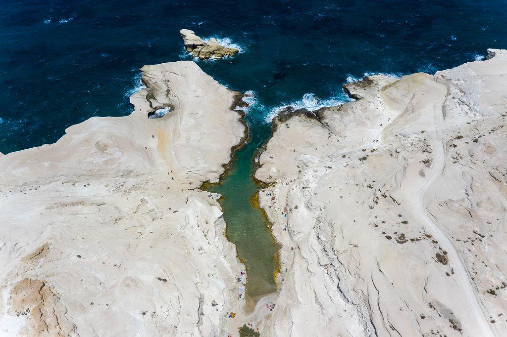 Drohnen-Luftbild: die einzigartige Landschaft in Sarakiniko an der Nordküste Milos, Griechenland