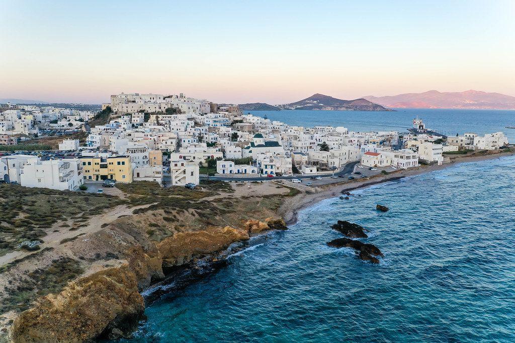 Drohnenaufnahme: Chora, Haupthafen der Insel Naxos, der größten Insel der Kykladen