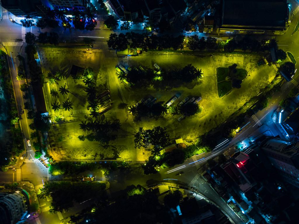 Drohnenaufnahme der Busstation am 23/9 Park an der Pham Ngu Lao Straße im Stadtzentrum von Ho Chi Minh Stadt, Vietnam
