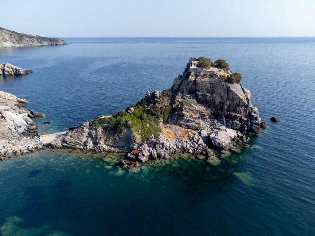 Drohnenaufnahme des Drehorts von Mamma Mia! Sophies Hochzeit in Agios Ioannis auf der Insel Skopelos