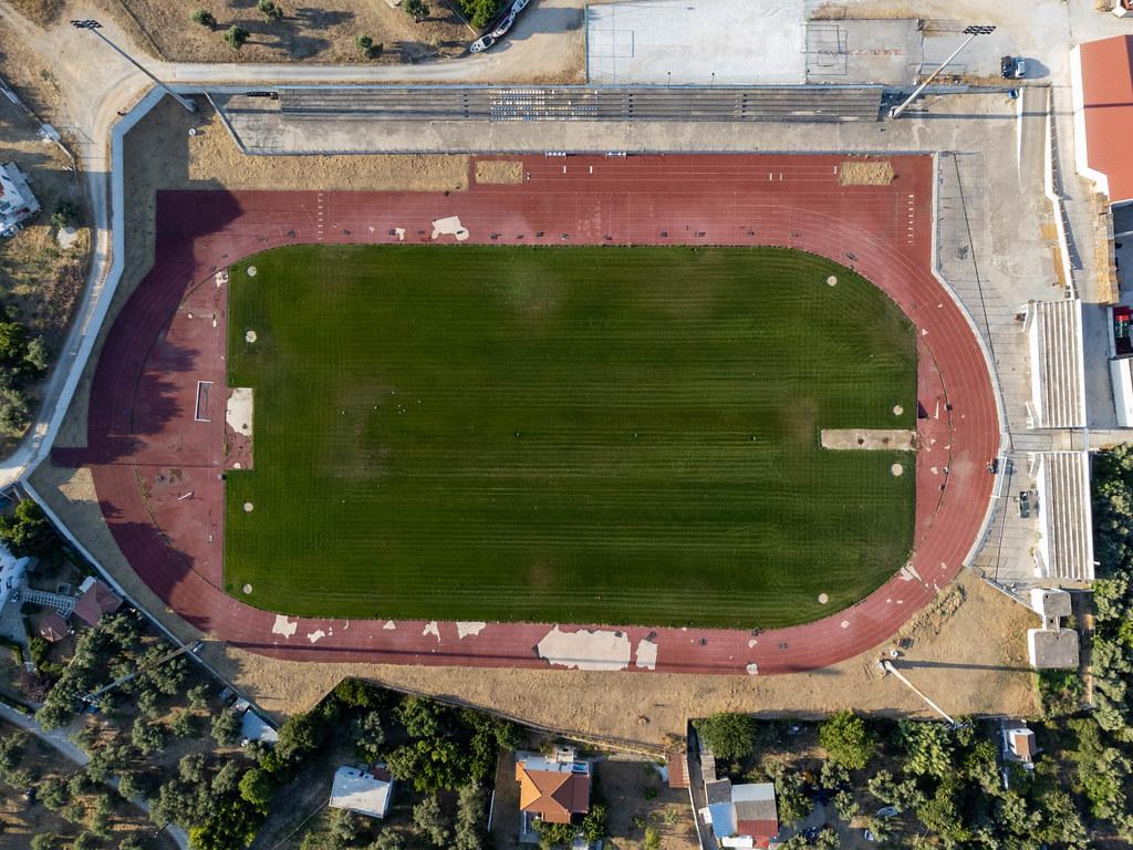 Drohnenaufnahme des Fußballstadions auf der griechischen Insel Skopelos