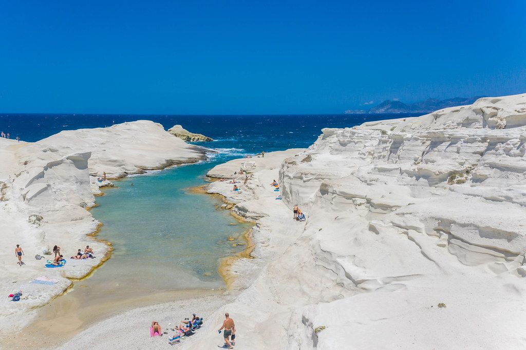 Drohnenaufnahme. Die vulkanische Nordküste von Milos: Bucht mit kristallklarem Wasser in Sarakiniko