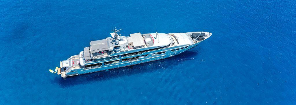 Drohnenaufnahme einer luxuriösen Superyacht im blauen Wasser der südlichen Ägäis bei Milos