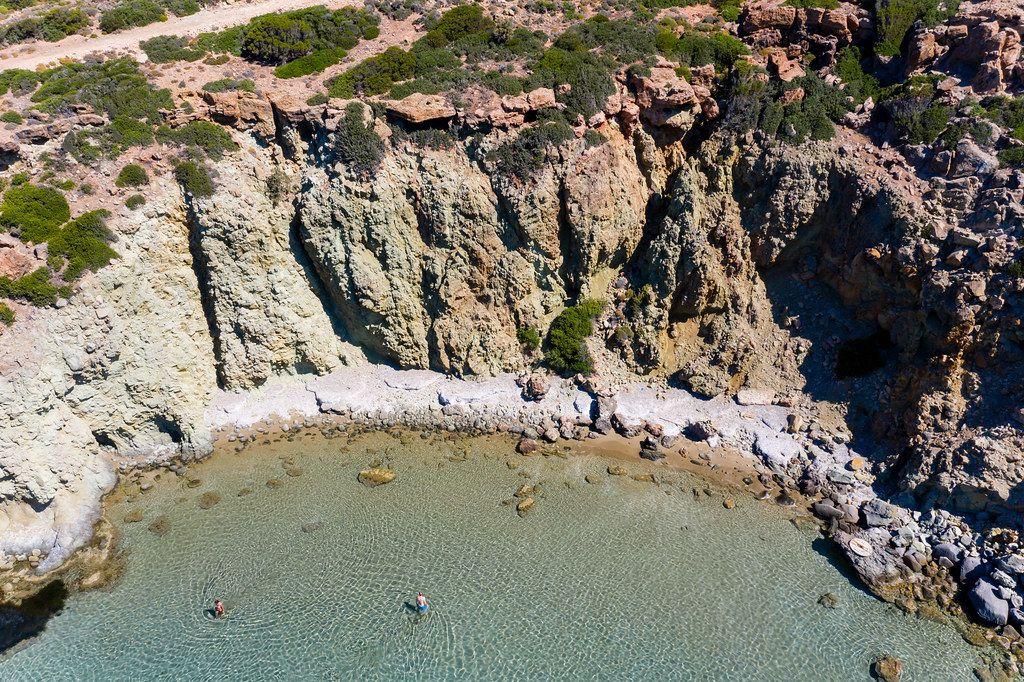 Drohnenaufnahme in Griechenland: die Klippen von Milos und das kristallklare Wasser der südliche Ägäis