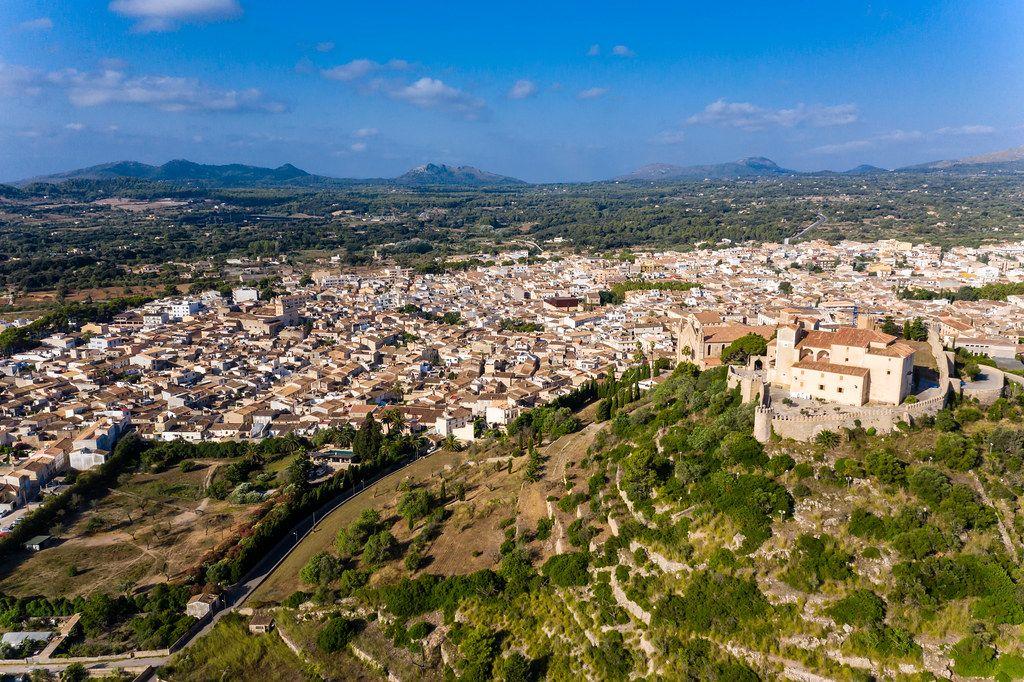 Drohnenaufnahme. Puig de Sant Salvador, Artà, Mallorca, mit der Sant Salvador Wallfahrtskirche