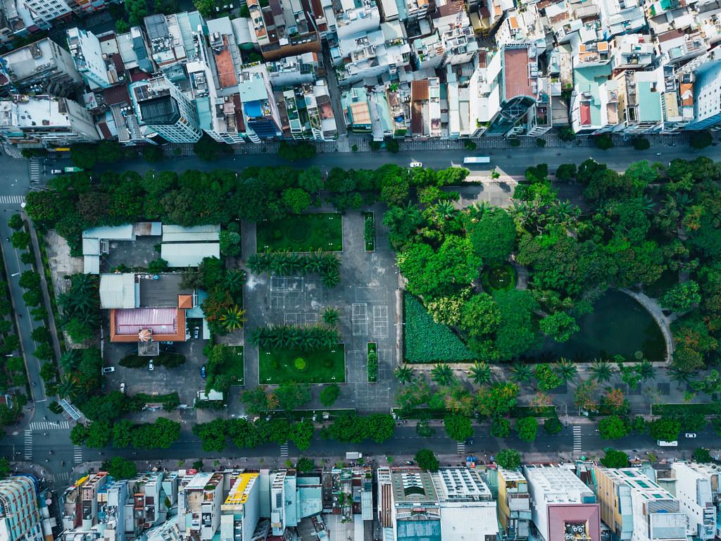 Drohnenaufnahme vom 23/9 Park mit einem kleinen See und vielen Bäumen in der Innenstadt von Ho Chi Minh Stadt, Vietnam