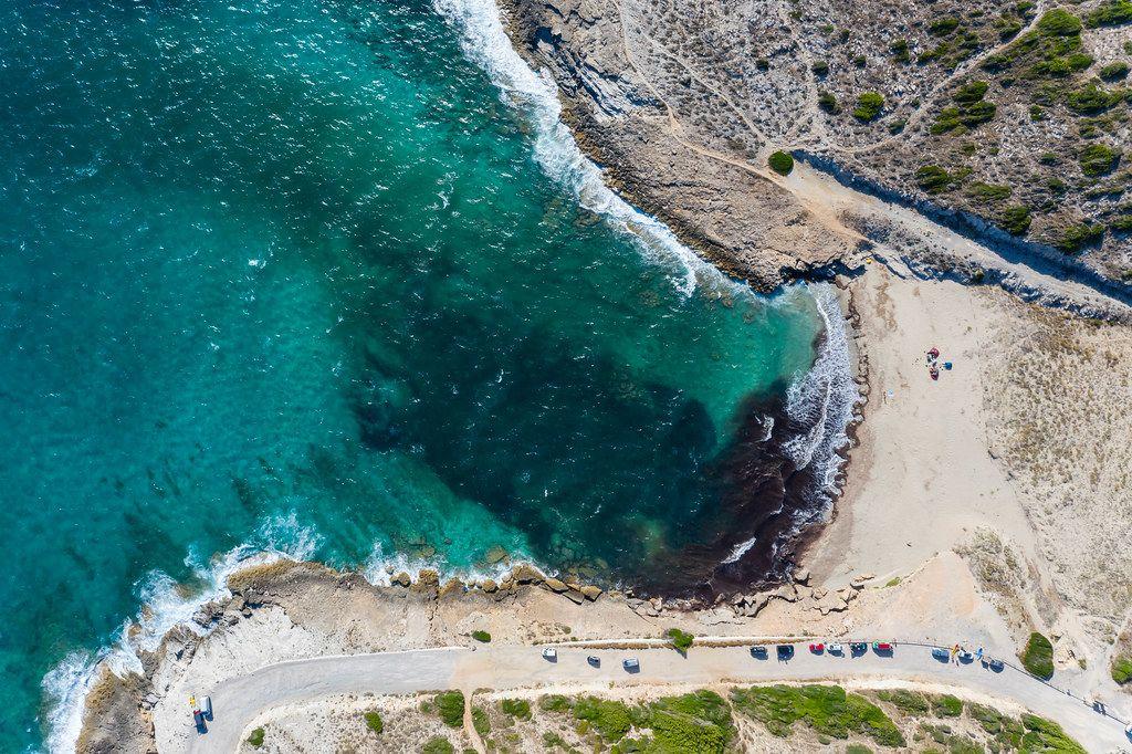 Drohnenaufnahme vom Cala Mitjana Strand in Artà auf Mallorca. Bucht mit türkisem Wasser