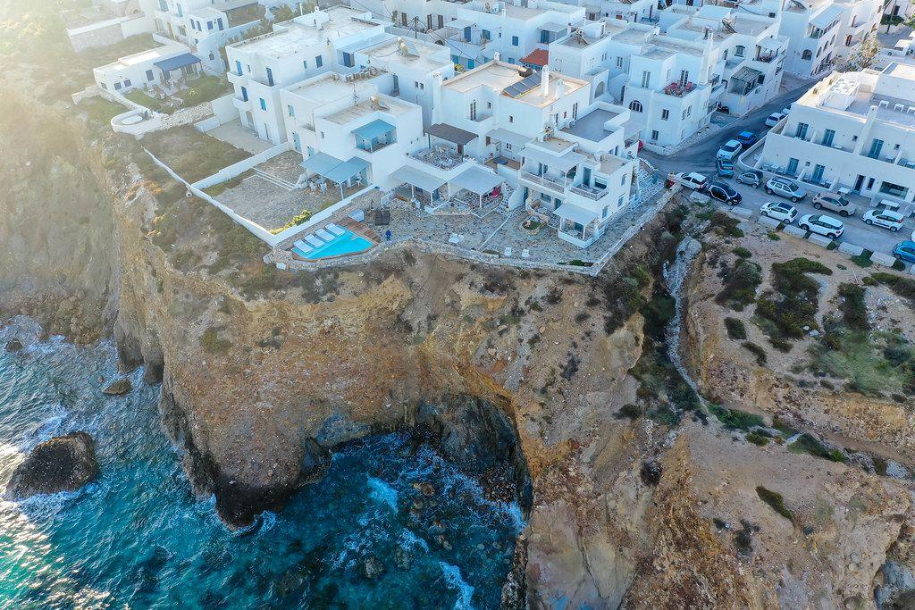 Drohnenaufnahme vom Iliada Sunset Suites-Komplex auf Naxos. Hotel mit Pool am Rand einer Klippe