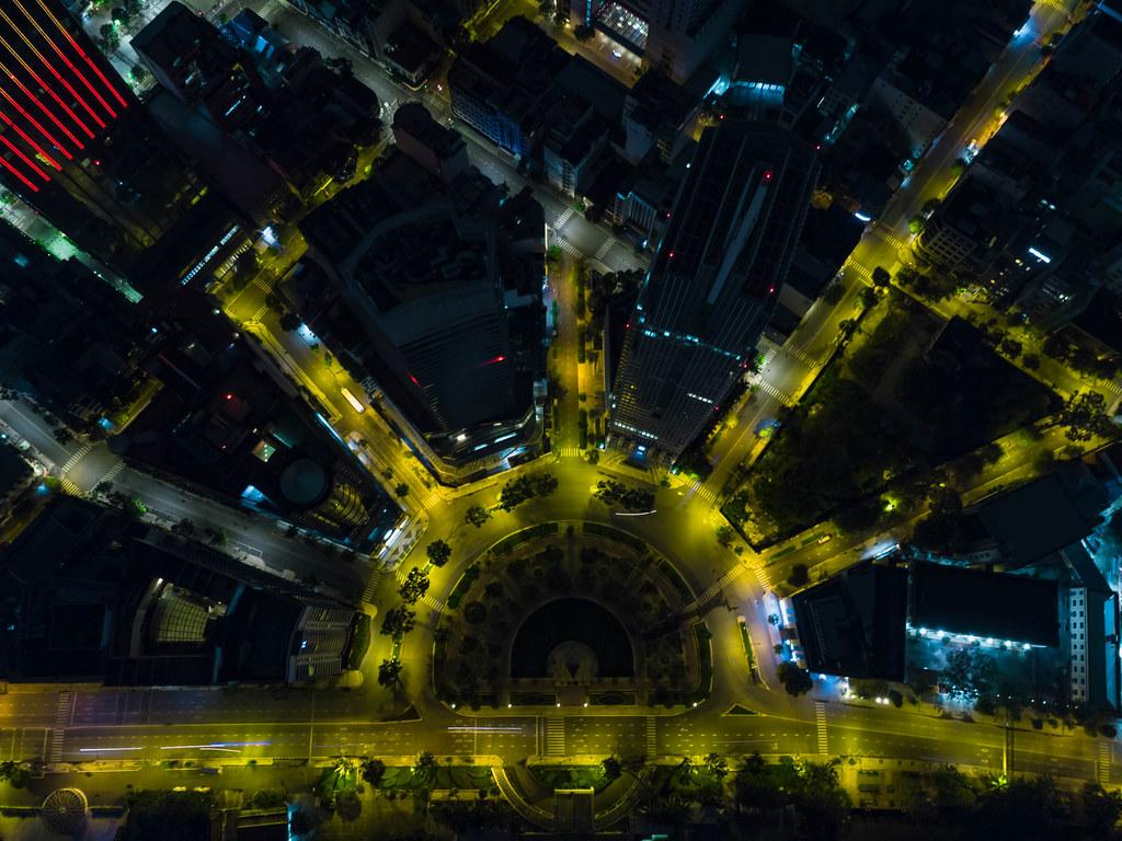 Drohnenaufnahme vom Kreisverkehr um die Tran Hung Dao Statue mit Hilton Hotel und Renaissance Riverside Hotel in Ho Chi Minh Stadt, Vietnam