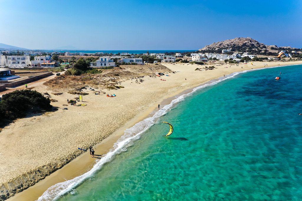 Drohnenaufnahme vom Strand und Dorf Mikri Vigla auf der Insel Naxos. Windsurf- und Kitesurf-Spot