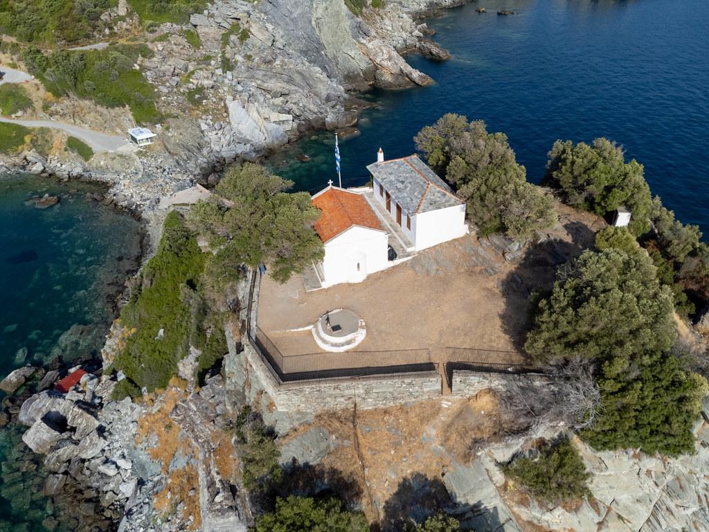 Drohnenaufnahme von Agios Ioannis sto Kastri, dem Heiligen Johannes geweiht. Kirche auf den Felsen