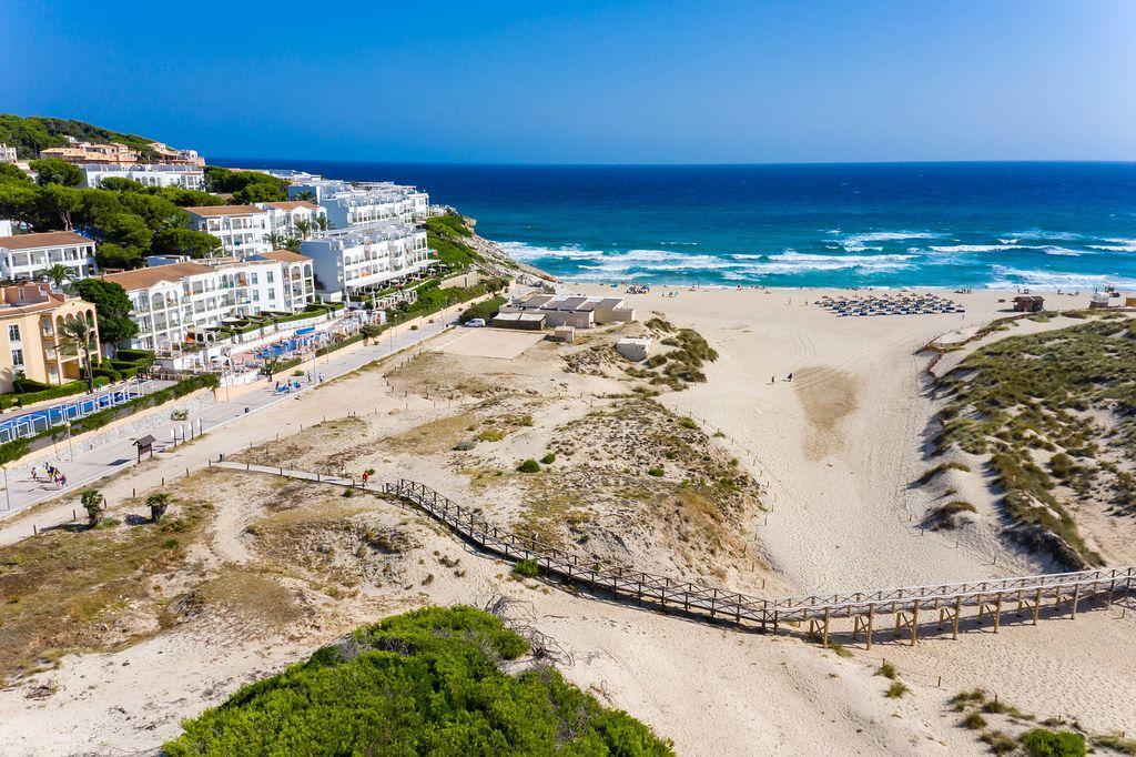 Drohnenaufnahme von Cala Mesquida: Sandstrand in der Nähe von Capdepera auf Mallorca, Balearen