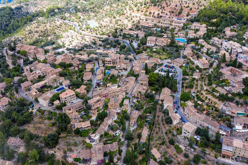 Drohnenaufnahme von Deià auf Mallorca, wo etwa ein Drittel der Einwohner Ausländer sind