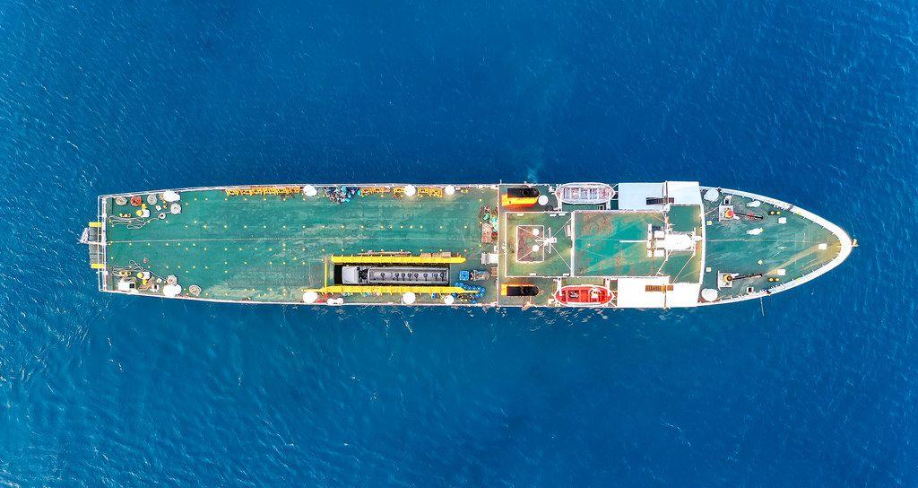 Drohnenaufnahme von dem griechischen Frachtschiff Kapetan Christos mit blauem Deck