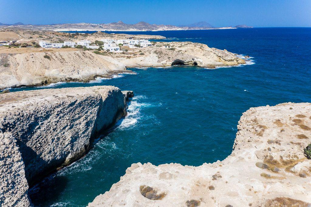 Drohnenaufnahme von den steilen Klippen in Papafrangas und den Häusern von Pachena, Milos