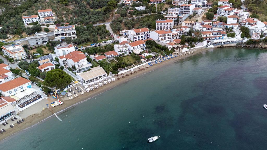 Drohnenaufnahme von der Küste Skiathos mit Häusern direkt am Strand