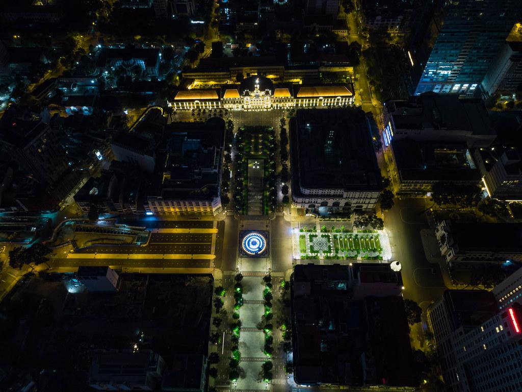 Drohnenaufnahme von der Lotus Wasserfontäne vor der Ho Chi Minh Statue und dem People