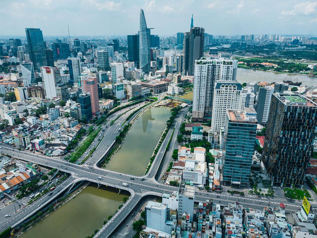Drohnenaufnahme von der Skyline von Ho Chi Minh City, Vietnam mit Bitexco Financial Tower, Saigon One und Saigon River in Distrikt 1 und Landmark 81