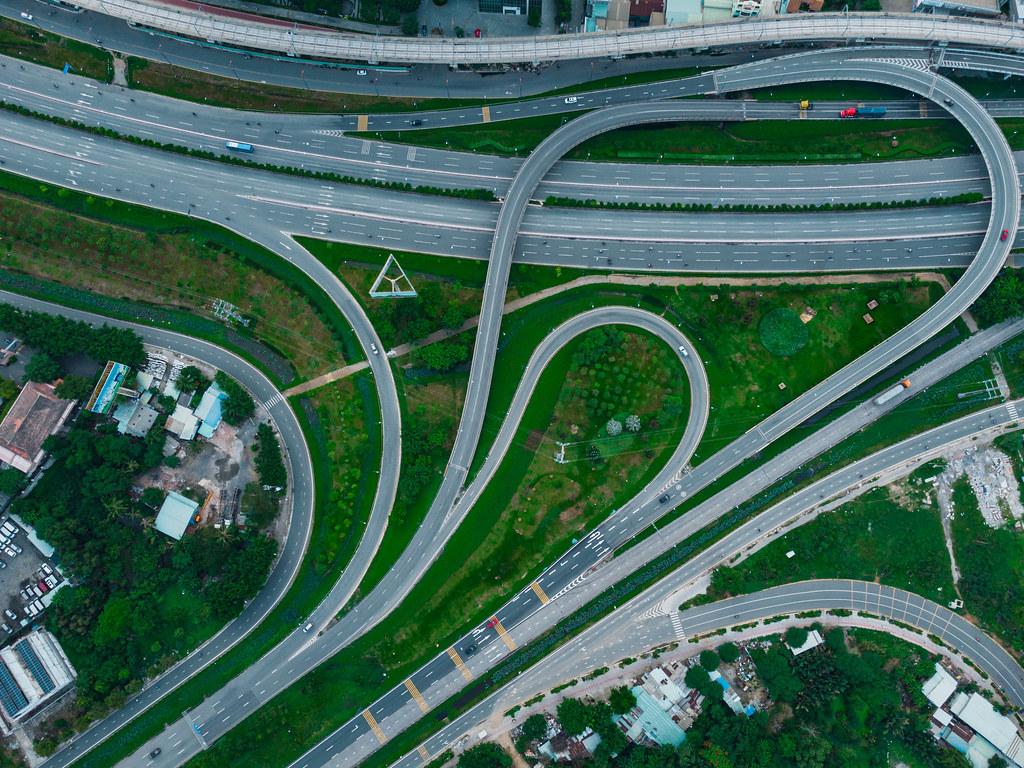 Drohnenaufnahme  von einem Autobahnkreuz mit vielen Brücken und Spuren aus der Vogelperspektive in Distrikt 2 in Ho Chi Minh Stadt, Vietnam