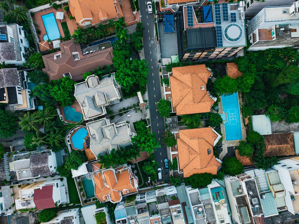 Drohnenaufnahmen von Villen mit Garten und Pool in der An Phu Nachbarschaft in Distrikt 2 in Ho Chi Minh Stadt, Vietnam