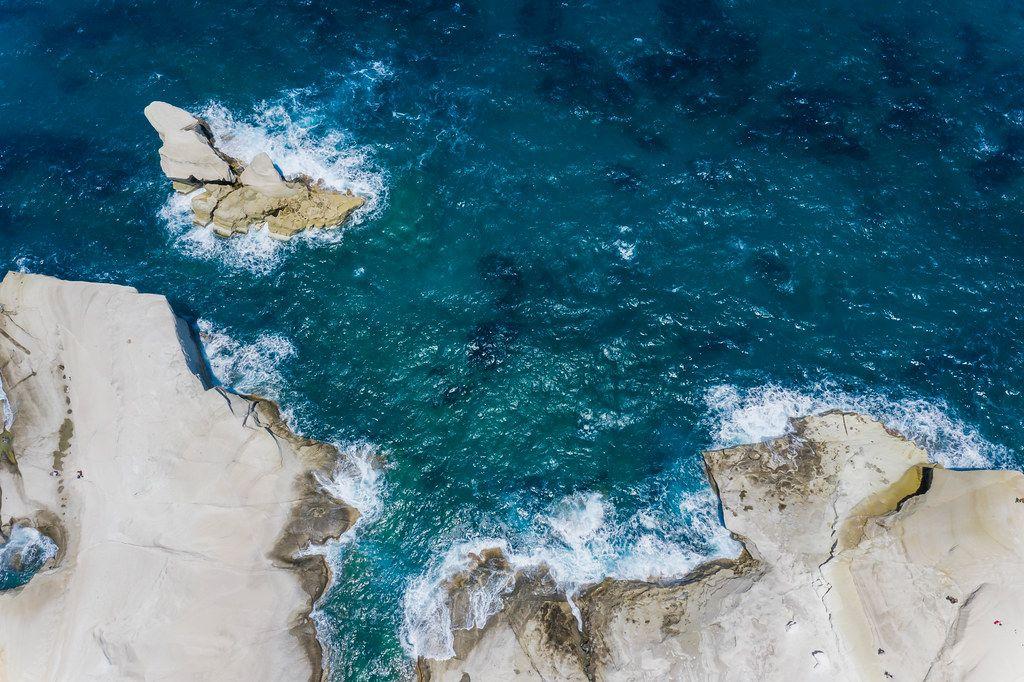 Drohnenbild: die Ägäis und die Nordküste der griechischen Insel Milos in Sarakiniko