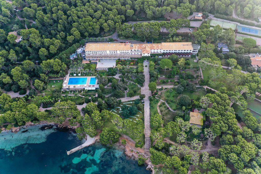 Drohnenfoto: das weltberühmte Formentor Royal Hideway Hotel mit Pool unter den Kiefern, Mallorca