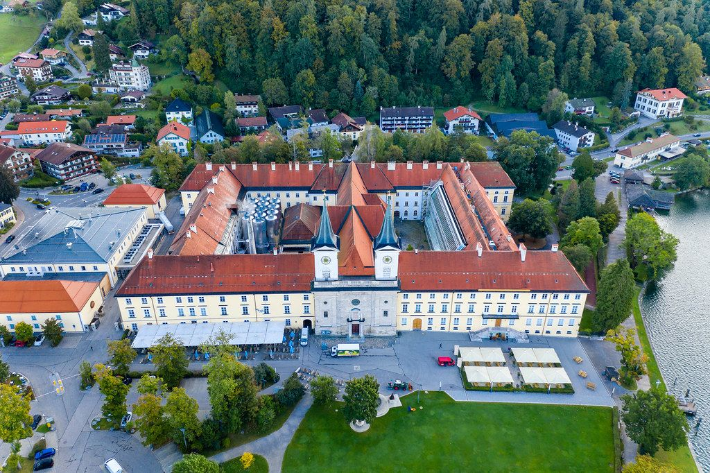 Drohnenfoto des Benediktinerklosters Tegernsee, heute Bräustüberl der Tegernseer Brauerei