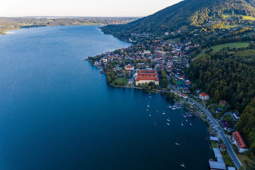 Drohnenfoto mit Ausblick auf den Tegernsee und die umliegenden Städte in den Bayerischen Alpen