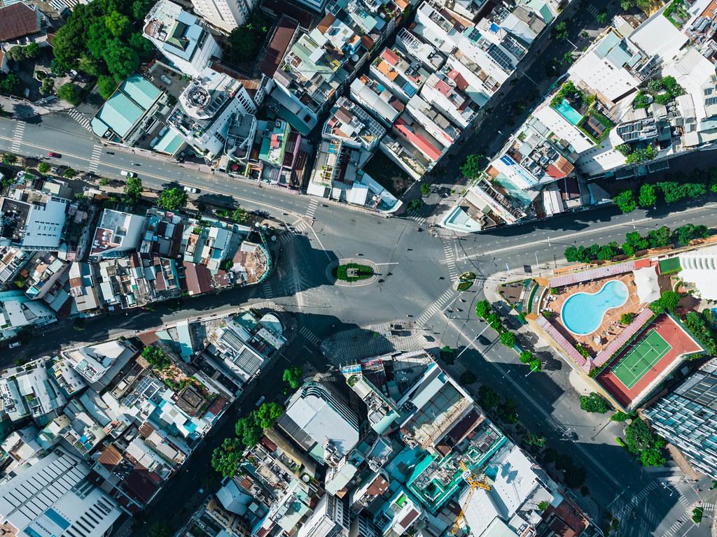 Drohnenfoto vom Phu Dong Kreisverkehr mit 6 Ausfahrten am New World Saigon Gebäude in Distrikt 1 in Ho Chi Minh Stadt, Vietnam