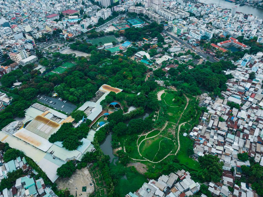 Drohnenfoto von einem verlassenen Wasserpark, Sportanlage mit Fußballplätzen, Tennisplätzen und einem Park in Distrikt 4 in Ho Chi Minh Stadt, Vietnam
