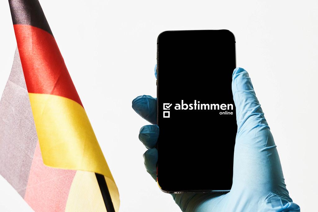 Ein Arzt, der online in Bundestagswahle 2021 abstimmt
