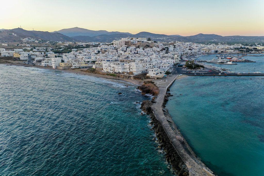 Ein gepflasterter Fußweg auf einem Damm verbindet Naxos mit der Insel Palátia und der Portara. Luftbild