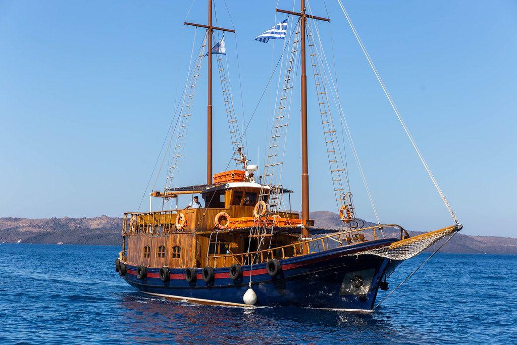 Ein Segelboot mit griechischen Flagge auf Santorin