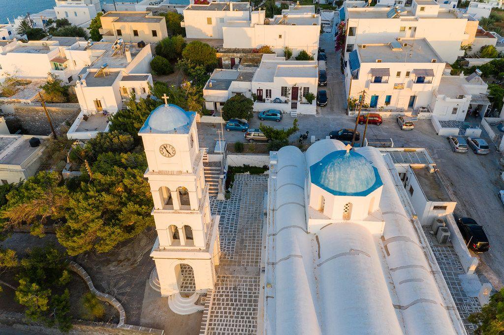 Ein Symbol von Milos: die Kirche von Agios Charalambos mit der blauen Kuppel. Luftbild