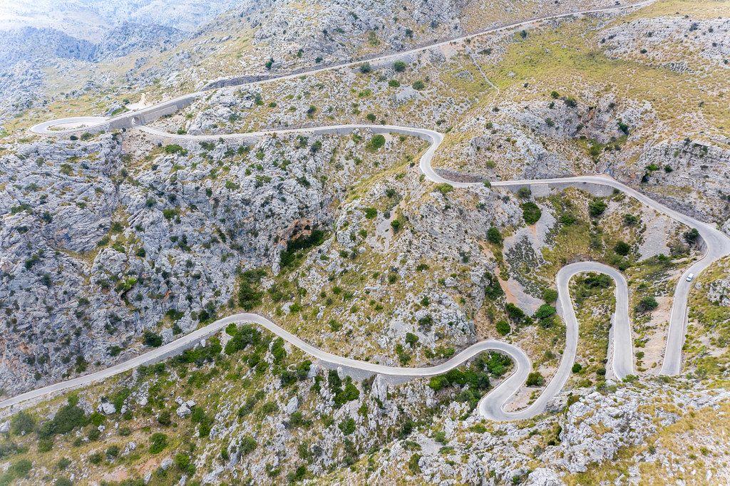 Eine der atemberaubendsten Straßen Europas. Luftbild der Schlangenstraße nach Sa Calobra