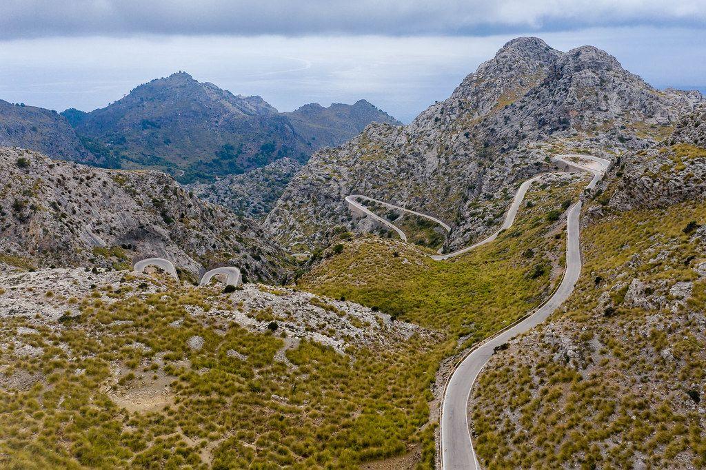 Eine der berühmtesten Serpentinenstraßen der Welt: Carretera de Sa Calobra, Mallorca, Luftaufnahme