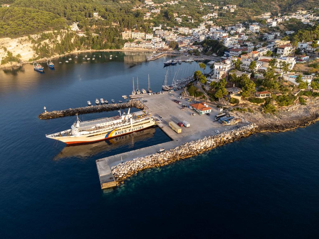 Eine Fähre von Anes Ferries am Fährhafen Patitiri. Drohnenaufnahme am frühen Morgen