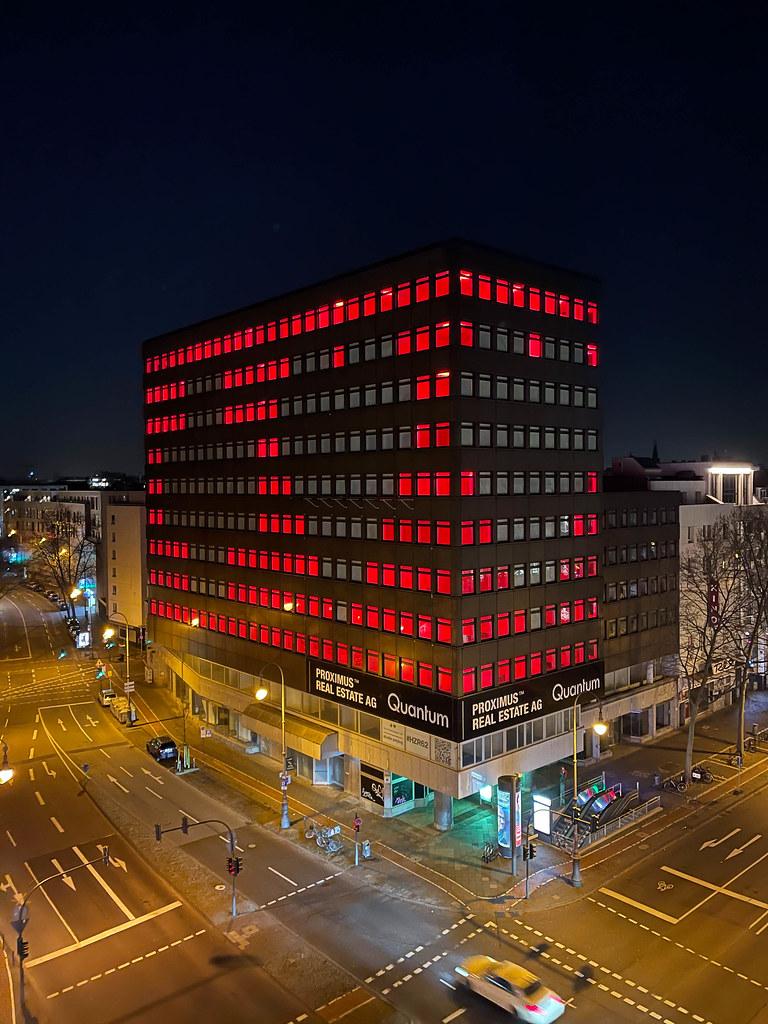 Eine mutmachende Botschaft an die Stadt während des Lockdowns: Herz-Installation am Friesenplatz in Köln