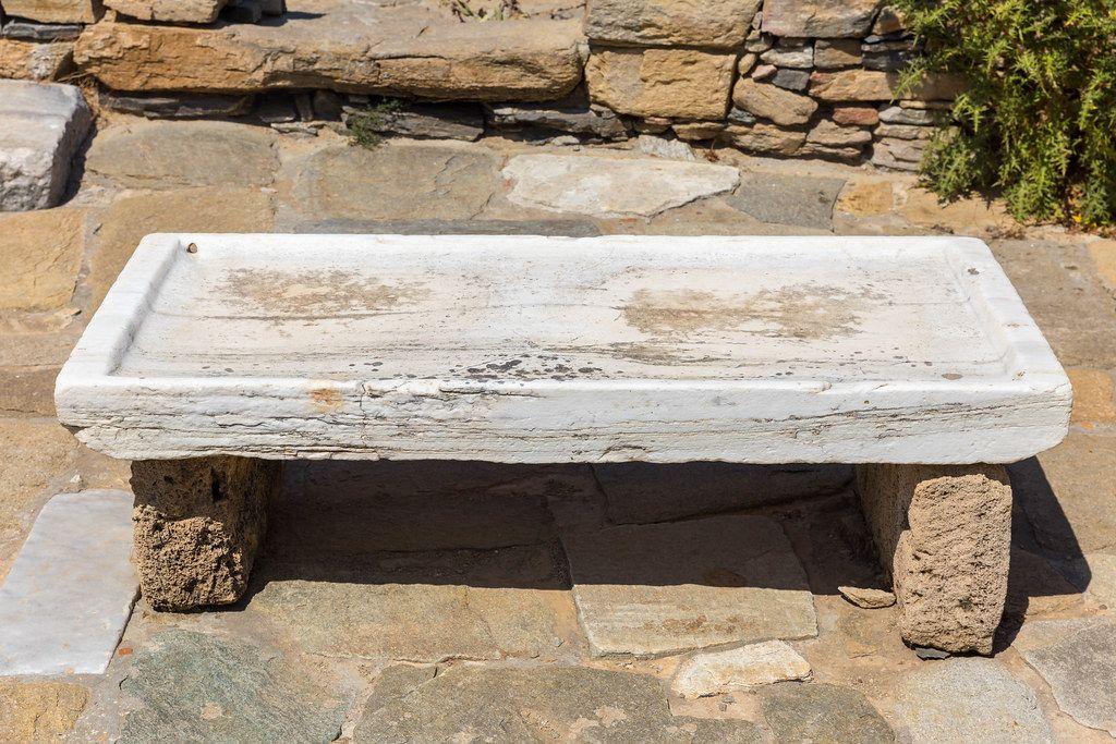 Eine Steinbank im Theater-Viertel der archäologischen Stätte von Delos, Zykladen