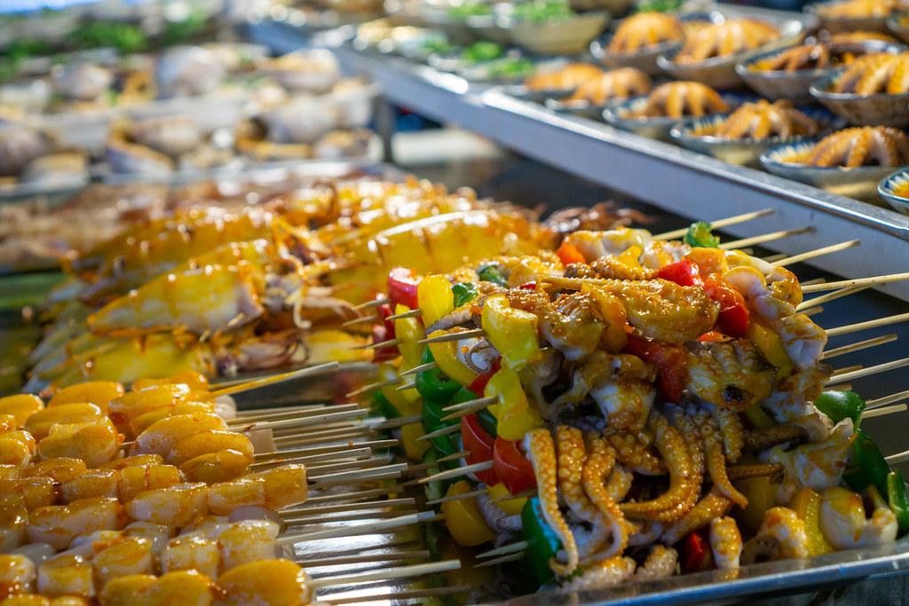 Eine Straßenküche in Phu Quoc, Vietnam verkauft Grillspieße mit verschiedenen Meeresfrüchten Nahaufnahme