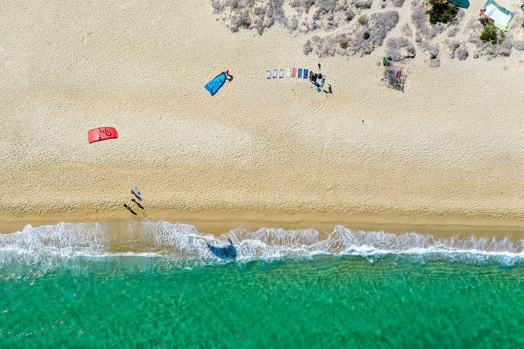 Einen Drachen steigen lassen: Drohnenaufnahme vom windigen Strand Mikri Vigla, Naxos, Kykladen